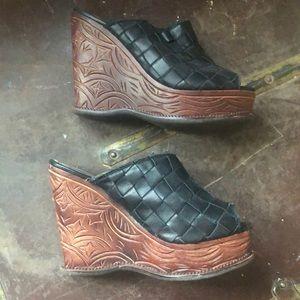 Zigi Soho Brandy Black Leather Tooled wedge